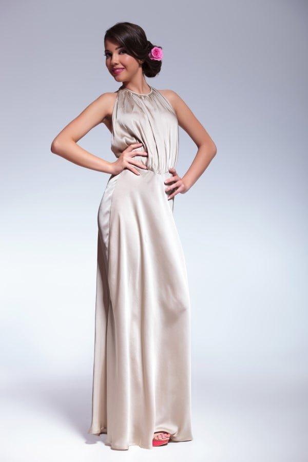 Kvinde i smuk lang kjole